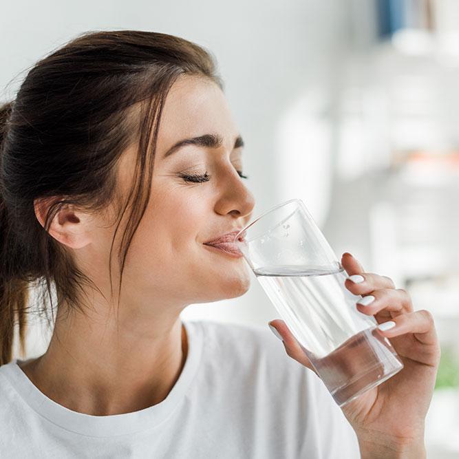 Donna che beve acqua Nerea