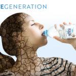 Donna che si rigenera bevendo acqua Nerea